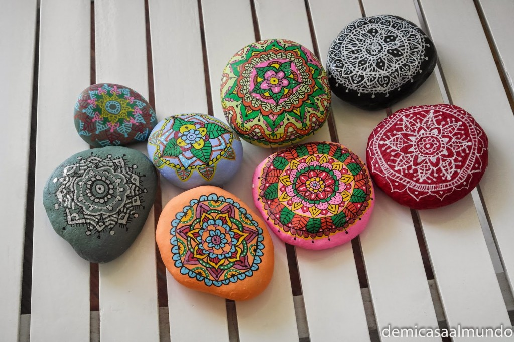 Diy pintar mandalas en piedras de mi casa al mundo for Dibujo de una piedra para colorear