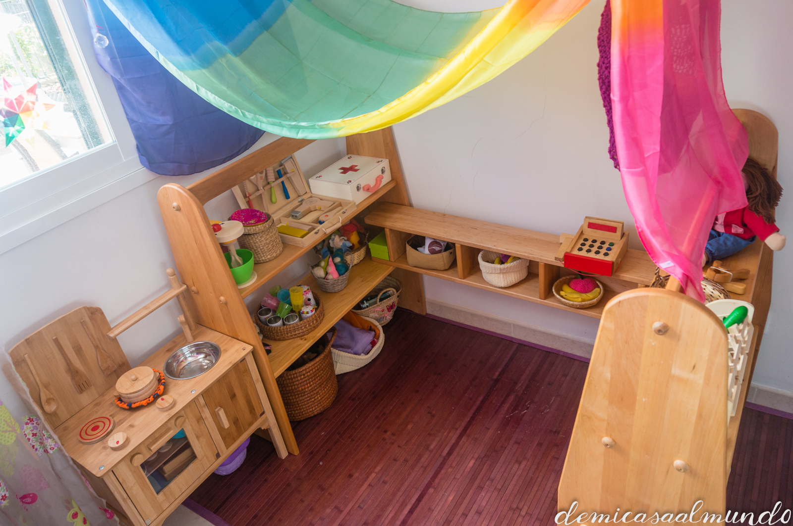 Creando un espacio de juego waldorf de mi casa al mundo for Casa de juguetes para jardin
